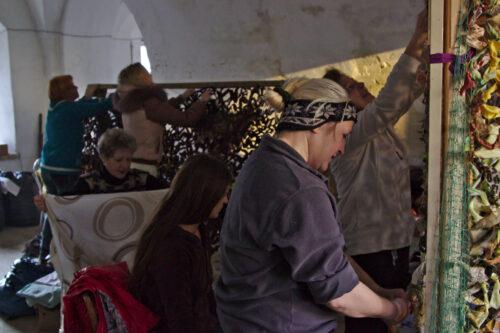 Des femmes tissent des filets de camouflage pour l'armée ukrainienne