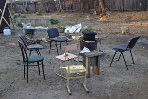 Auprès du feu, un espace de convivialité improvisé pour boire du thé, partager un repas.