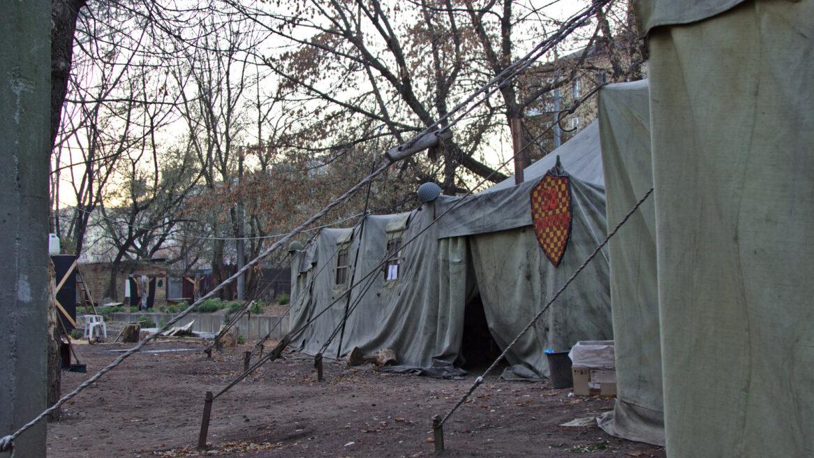 À l 'extérieur, les tentes abritent du matériel destinés aux soldats.