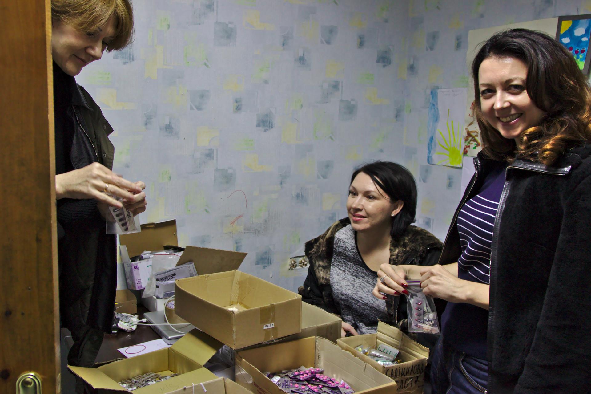 Dans les bureaux de l'organisation, des bénévoles s'emploient à préparer les médicaments.